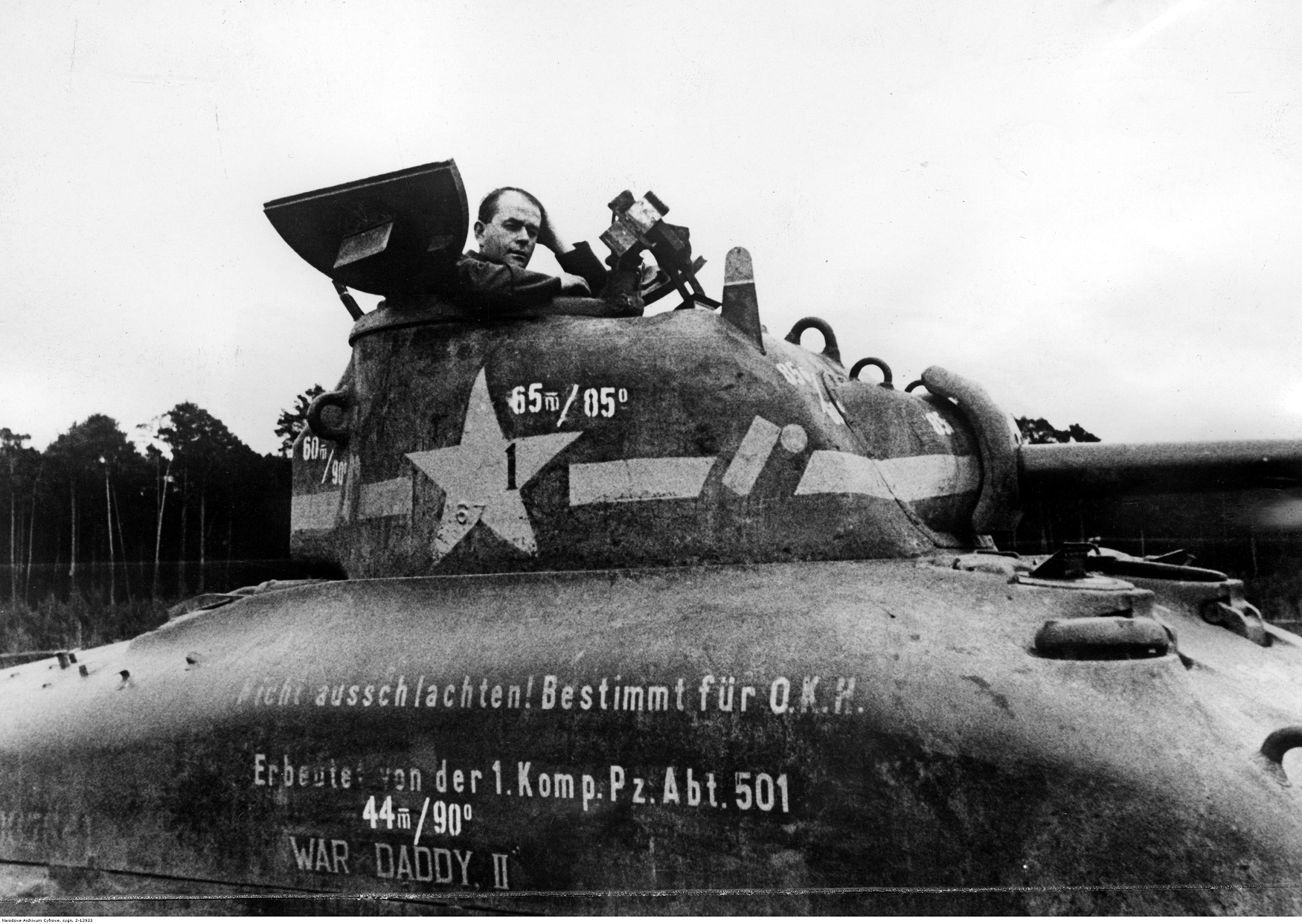PIC 2 12933 Albert Speer in an American tank of type Sherman M4A1 1943 06