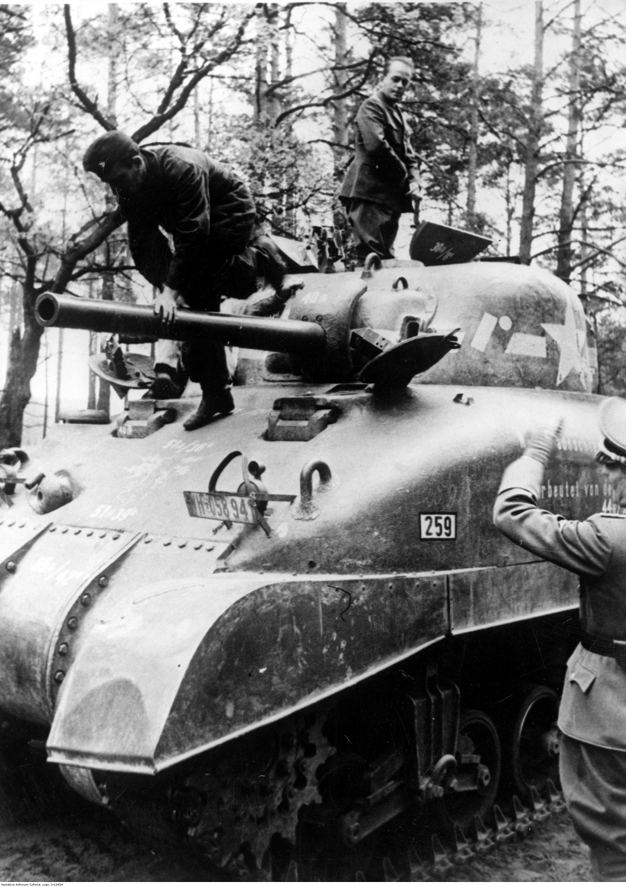 PIC 2 12934 Albert Speer inspects the tank 1943 06